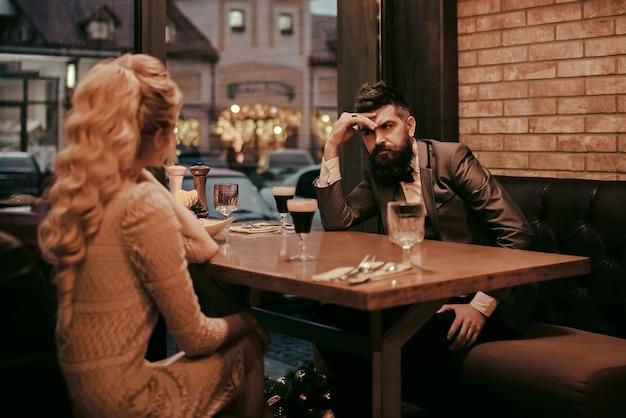 Zła randka pary, zerwanie relacji i miłość. niechęć powoduje konflikt i rozwód. spotkanie biznesowe mężczyzny i kobiety. para z nieporozumieniem w restauracji. żonaty problem