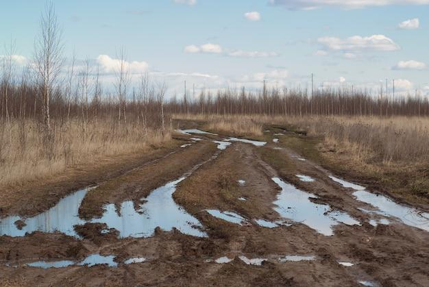 Zła wiejska droga uszkodzona polna droga glina brud