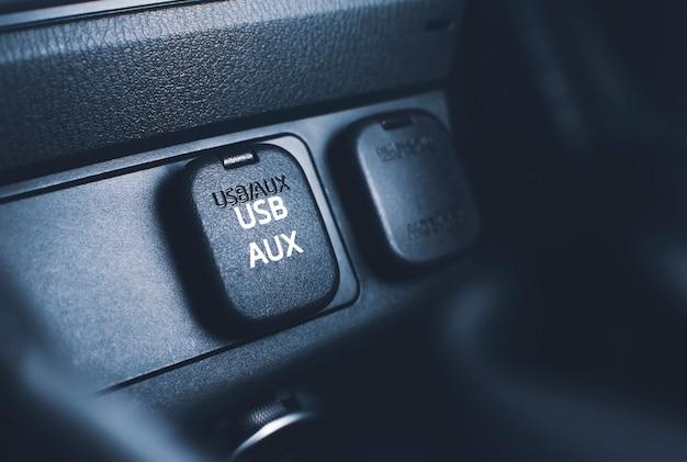 Złącze portu usb i aux na panelu konsoli w samochodzie