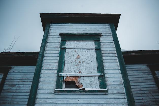 Złamana osłona okna w ciągu dnia