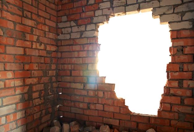Złamana ściana z cegieł
