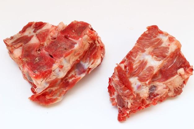 Złamane czerwone mięso na białej powierzchni