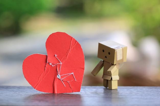 Złamane czerwone serce zszyte ponownie