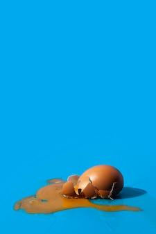 Złamane jajko kopia przestrzeń niebieskie tło