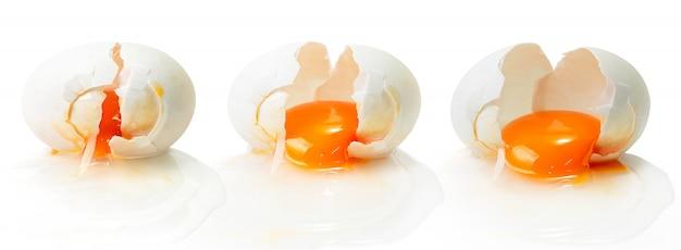 Złamane jajko na białym tle