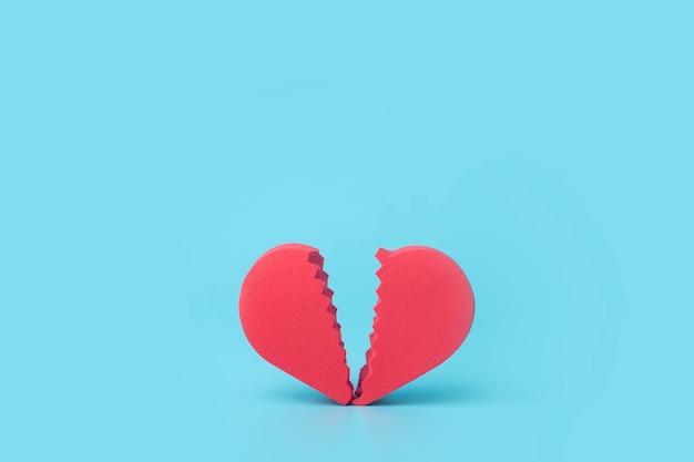 Złamane serce na kolorowym tle. nieszczęśliwa miłość