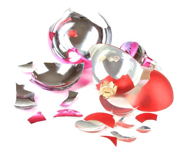 Złamane zabawki świąteczne na białym tle