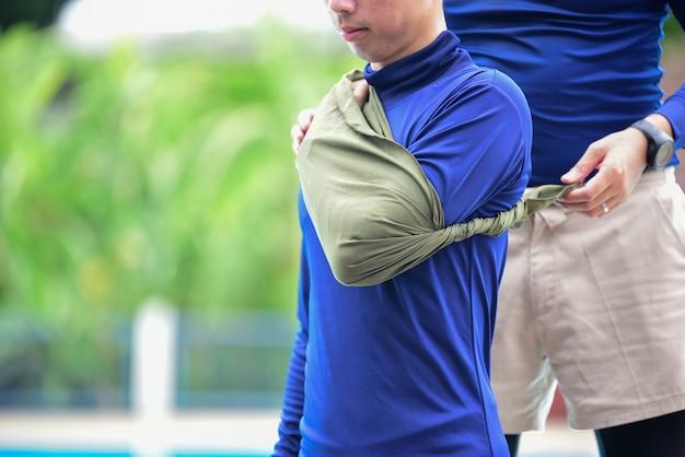 Złamanie lewego ramienia podczas treningu pierwszej pomocy