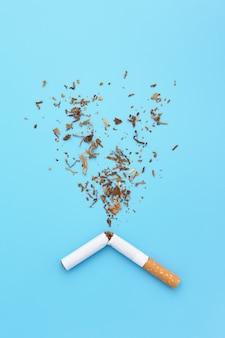 Złamany papieros i splash tytoniu do koncepcji rzucenia palenia.