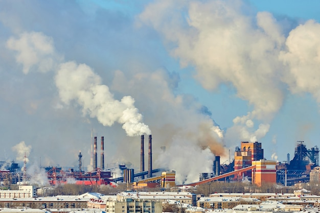 Złe środowisko w mieście. katastrofa ekologiczna. szkodliwe emisje do środowiska. dym i smog. zanieczyszczenie atmosfery przez fabrykę roślin. spaliny. szum, ziarno filmu, nieostre
