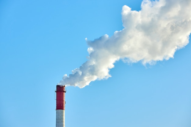 Złe środowisko w mieście. katastrofa ekologiczna. szkodliwe emisje do środowiska. dym i smog. zanieczyszczenie atmosfery przez fabrykę roślin. spaliny