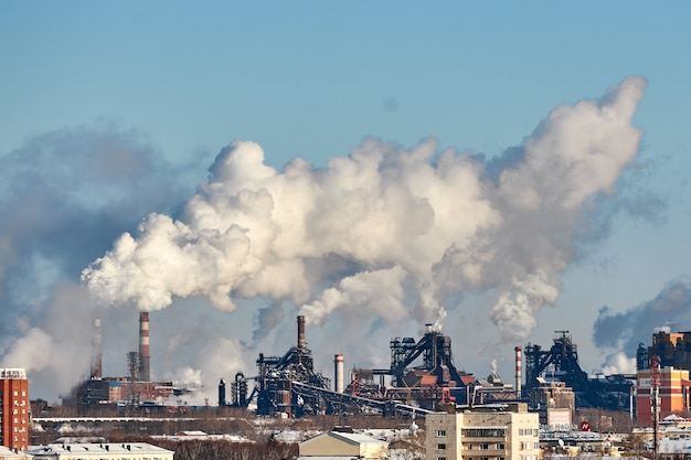 Złe środowisko w mieście. katastrofa ekologiczna. szkodliwe emisje do środowiska. dym i smog. zanieczyszczenie atmosfery przez fabrykę. spaliny