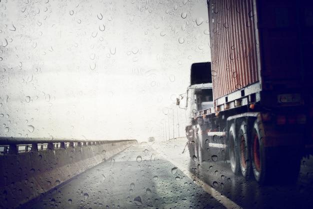 Złe warunki pogodowe na drodze podczas burzy deszczowej, widok przez wiatrową osłonę deszczowego dnia. selektywne ustawianie ostrości i stonowane kolory.