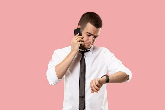 Złe wieści. przystojny biznesmen z telefonem komórkowym.