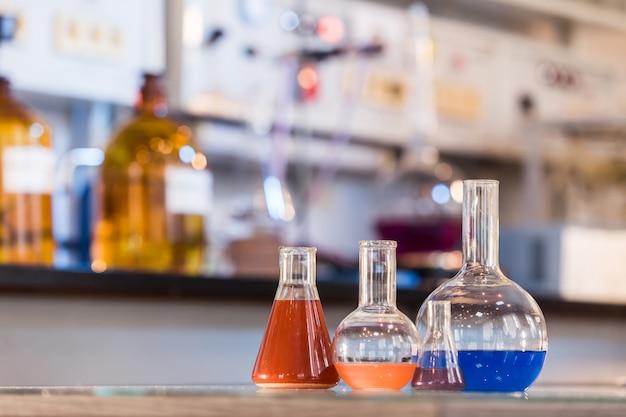 Zlewka z kolorowym płynem w laboratorium