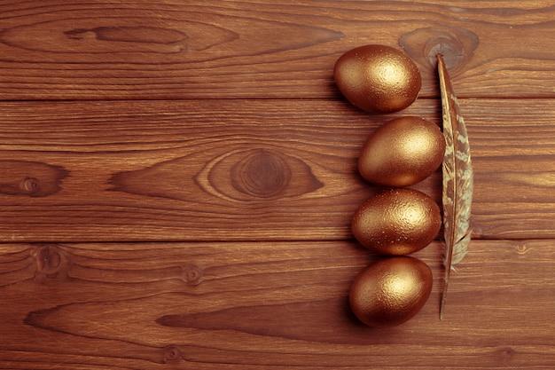 Złociści jajka na drewnianym stole