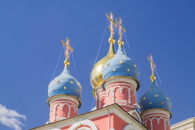 Złocista i błękitna kopuła kościół st. george na niebieskiego nieba tle w moskwa rosja