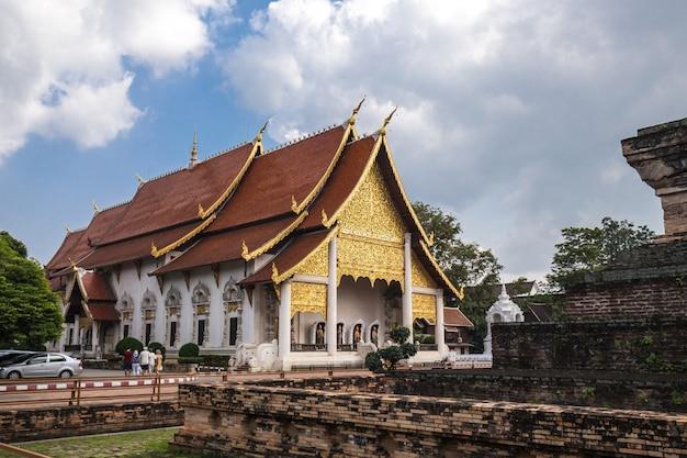 Złocista świątynia w tajlandia i niebieskim niebie