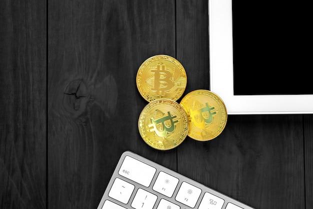 Złocisty bitcoin na nowożytnym telefonie komórkowym na drewnianym stole