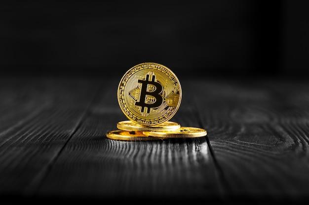 Złocisty bitcoin pieniądze na drewnianym stole. elektroniczna waluta kryptograficzna