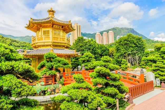 Złocisty chiński pawilon przy parkiem hong kong