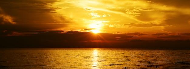 Złocisty zmierzchu światło na oceanie.