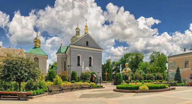 Złoczów, ukraina 06.07.2021. cerkiew zmartwychwstania pańskiego w złoczowie, obwód lwowski ukrainy, w słoneczny letni dzień