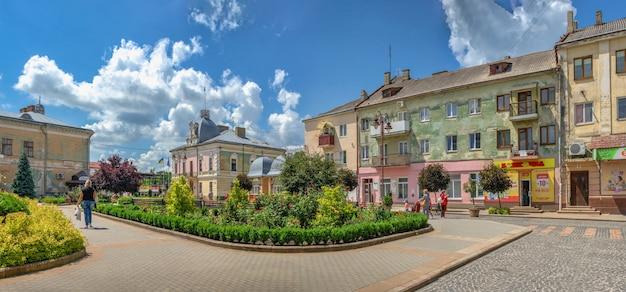 Złoczów, ukraina 06.07.2021. główny deptak miasta złoczów w obwodzie lwowskim ukrainy, w słoneczny letni dzień