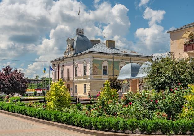 Złoczów, ukraina 06.07.2021. rada miejska złoczowa w obwodzie lwowskim na ukrainie, w słoneczny letni dzień