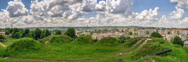 Złoczów, ukraina 06.07.2021. widok na miasto złoczów od strony zamku, region galicja ukrainy, w słoneczny letni dzień