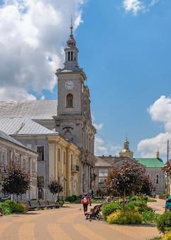 Złoczów, ukraina 06.07.2021. zaśnięcie kościoła bogurodzicy w złoczowie, obwód lwowski ukrainy, w słoneczny letni dzień