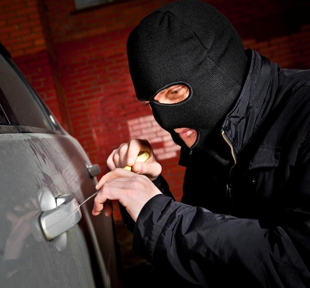 Złodziej i złodziej porywają samochód
