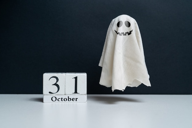 Złośliwy duch obok kalendarza październikowego halloween wakacje halloween wakacje