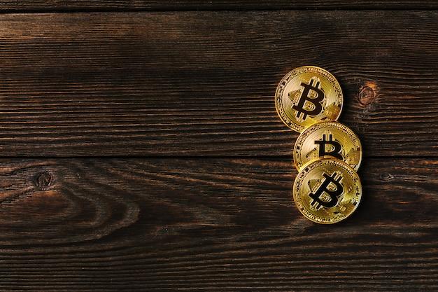 Złota bitcoin moneta na my dolary zamykamy up. elektroniczna waluta kryptograficzna