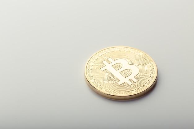 Złota bitcoin moneta odizolowywająca na bielu