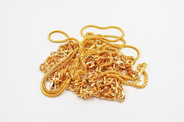 Złota biżuteria na białym tle