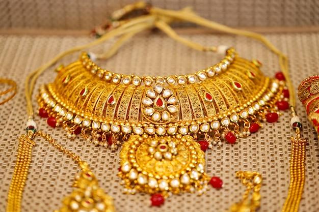 Złota biżuteria w pudełku, naszyjnik