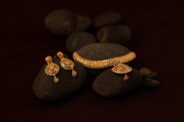 Złota biżuteria z kolczykami