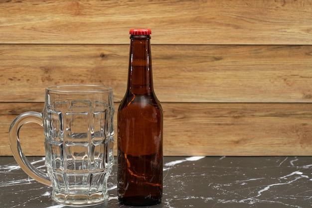 Złota butelka piwa ze szklanką do piwa