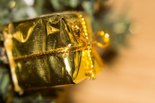 Złota giftbox zabawka