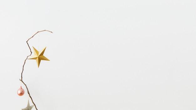 Złota gwiazda na białym tle