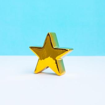 Złota gwiazda na tle pastelowych kolorów