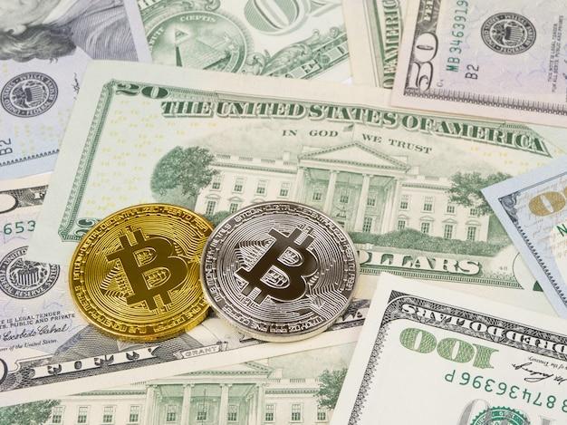 Złota i srebrna moneta bitcoin na nas dolarów z bliska.