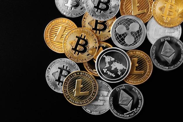 Złota ikona symbolu znaku bitcoin przebijająca się przez tło