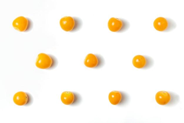 """Złota jagoda odizolowywająca na bielu. owoce peruwiańskie """"aguaymanto"""". widok z góry wzoru."""