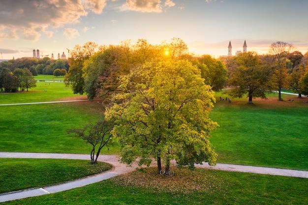 Złota jesień październik w słynnym monachijskim miejscu relaksu