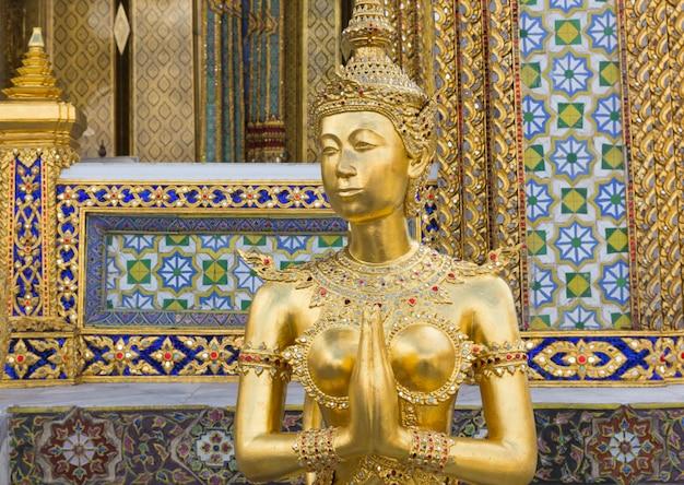 Złota kinnari statua przy watem phra kaew, bangkok, tajlandia