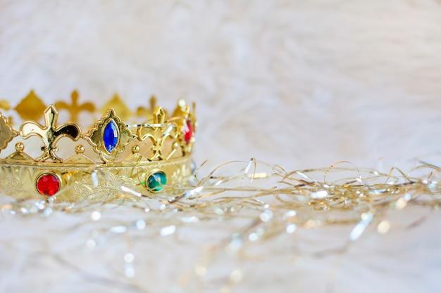 Złota korona bożonarodzeniowego króla magów z kolorowymi klejnotami. copyspace prawo.
