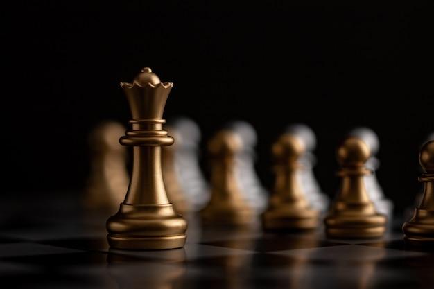 Złota królowa jest liderem