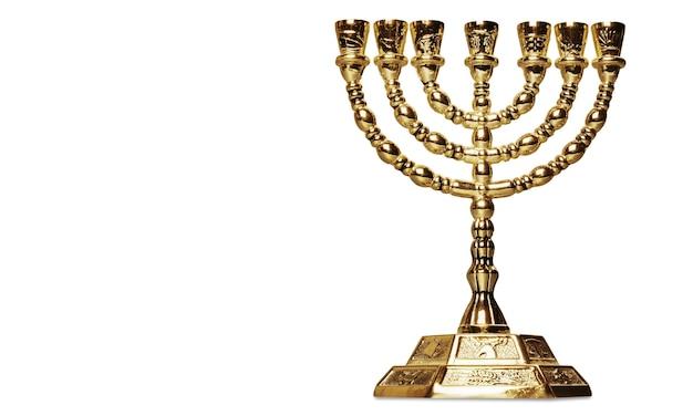 Złota menora religijna na białym tle